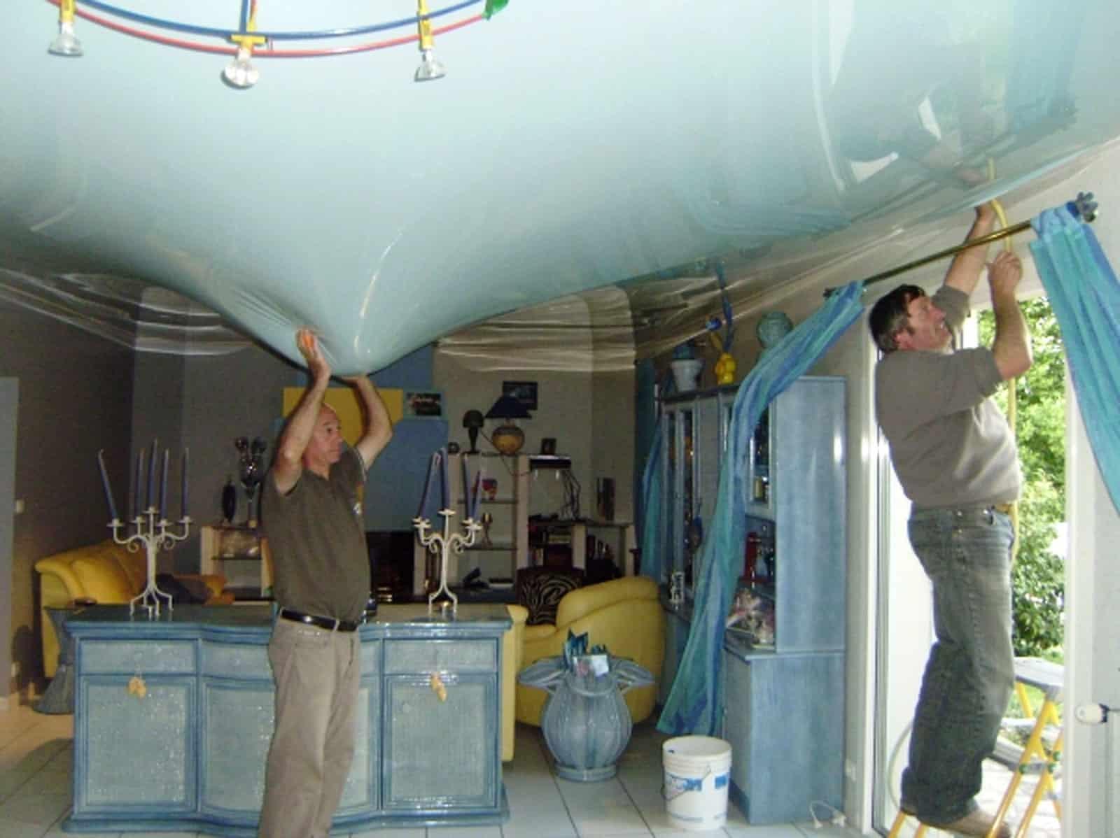 Une maison avec le plafond inondé d'eau